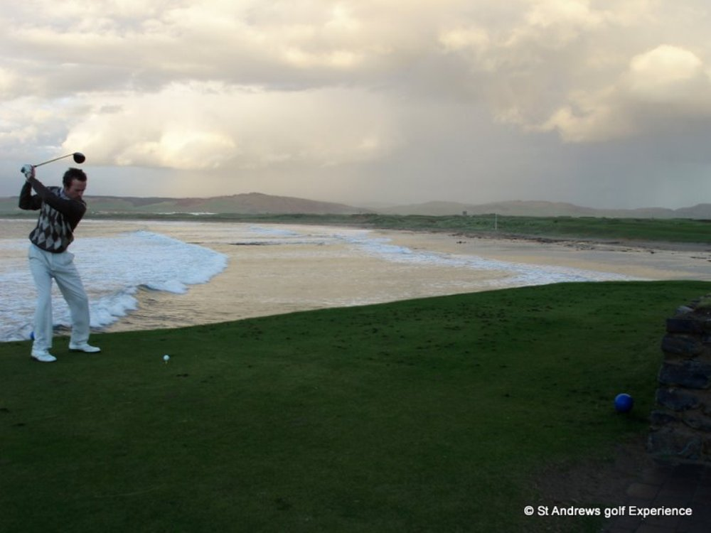 1st hole next to the beach at Machrihanish golf course