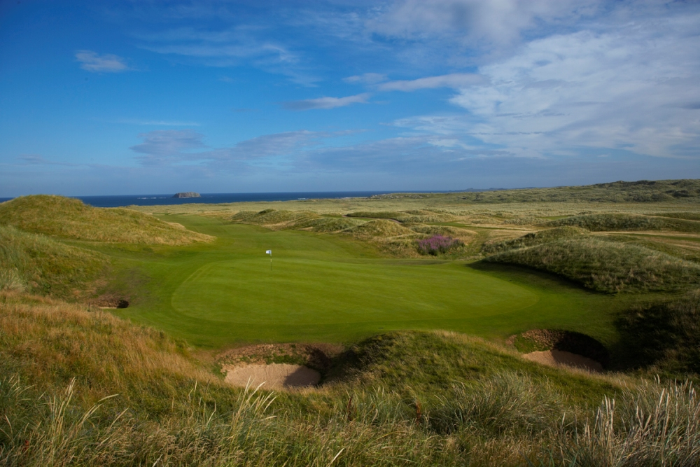 Bunkers and green at Ballyliffin