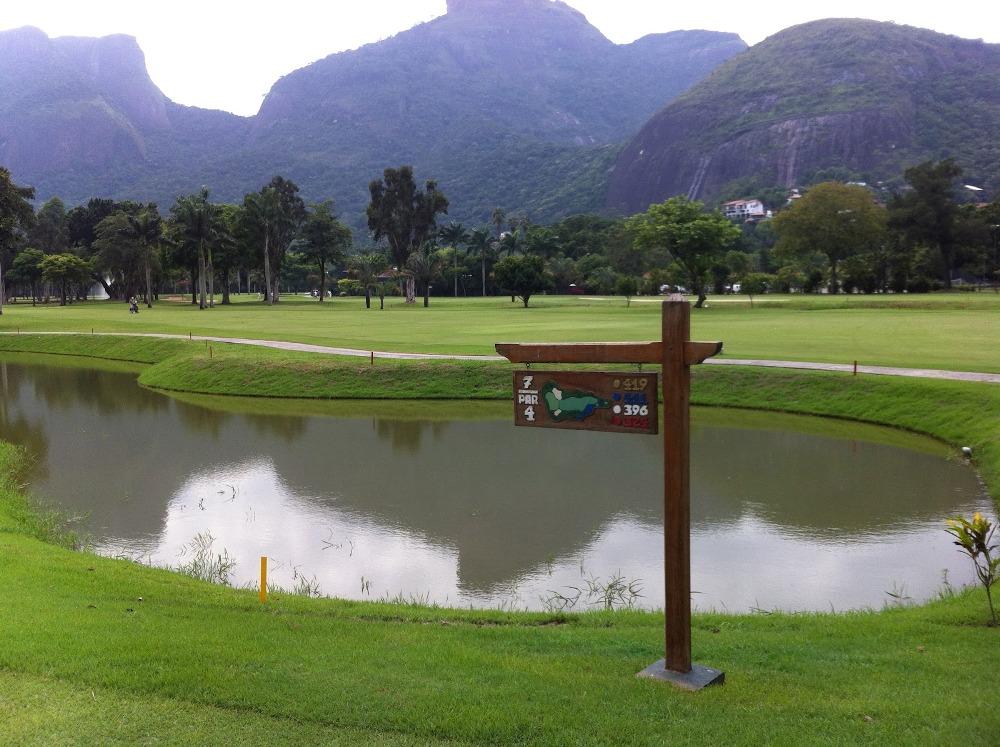 Tee and lake at Itanhanga golf course