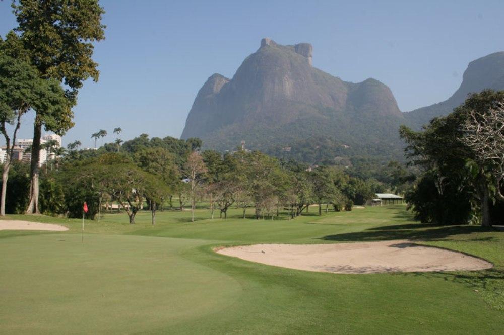 Green and mountain at Itanhanga golf course