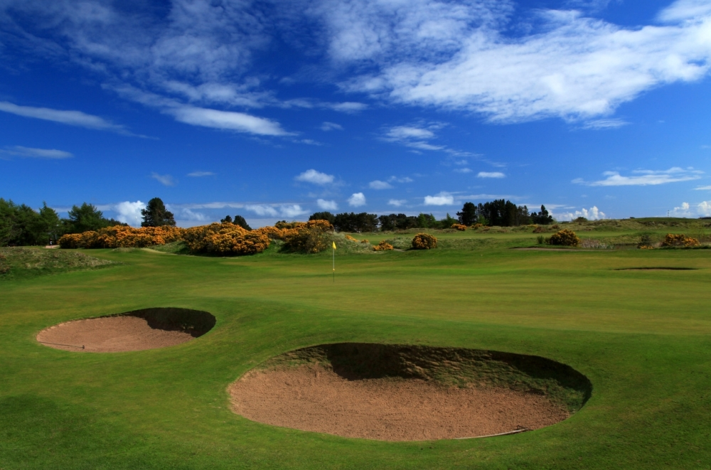 Bunkers and green at Monifieth