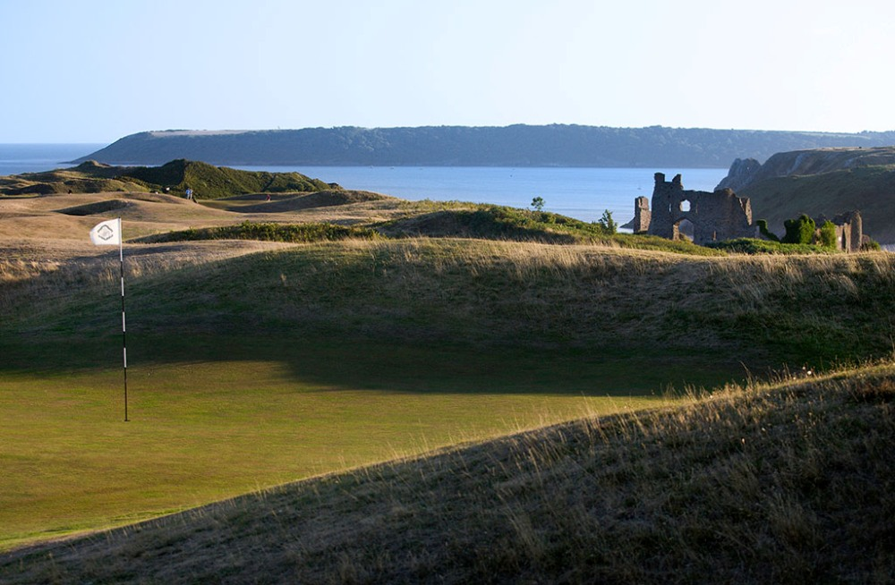 Green and ruines on Pennard golf course
