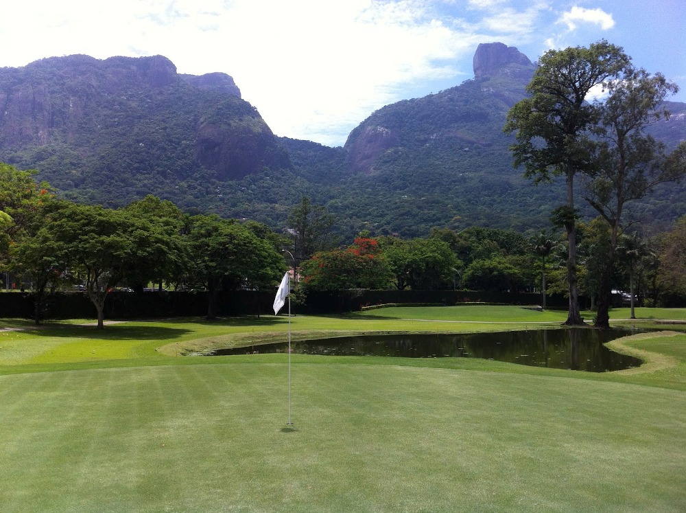 Green and lake at Itanhanga golf course