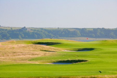 Uphill hole on the Machynys golf course