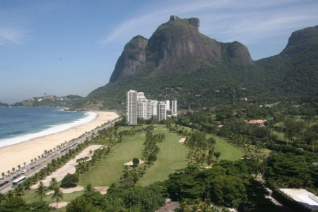 Holes by the ocean at Gavea Golf Club, with the Gavea Rock on the background