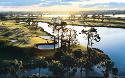 Green et point d'eau sur ce parcours du PGA National en Floride