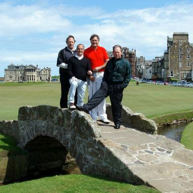 Golfeur sur le célèbre pont du Old Course