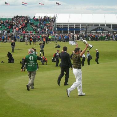 Vainqueur avec la coupe sur le green lors du British Open
