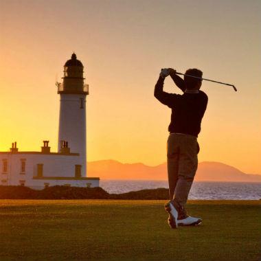 Golfeur au coucher du soleil sur le parcours Ailsa de Turnberry