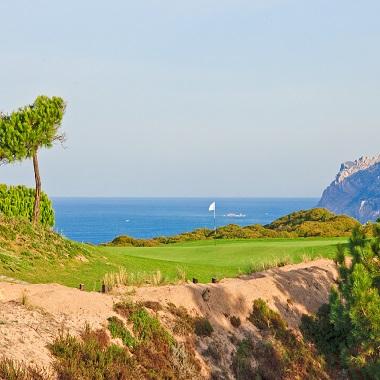 Green und Meerblick in Oitvaos Dunes Golfplatz in Portugal