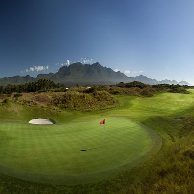 Green und Bergblick in Golfplatz in Südafrika