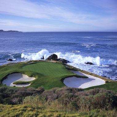 Green und Seeblick auf ein Golfplatz in USA