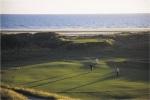 Golfistas putting sobre el campo de golf de Borth y Ynyslas