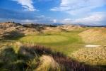 Green rodeado por dunas sobre el campo de golf de Royal St David