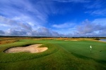 Ancho green sobre el campo de golf de Machynys
