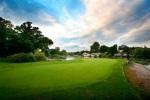 Largo green y lago sobre el campo de golf de Marriott St Pierre