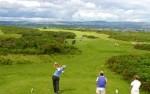 Golfistas en un tee sobre el campo de golf de Southerndown
