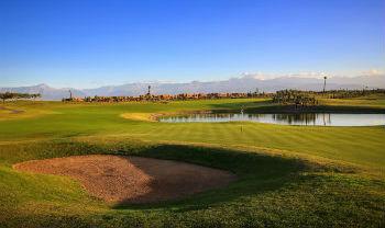 Large green et bunker sur le parcours du Palm Ourika à Marrakech au Maroc