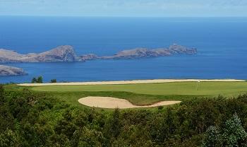 Large green avec vue sur l'océan sur le parcours de Santo da Serra sur l'île de Madère au Portugal