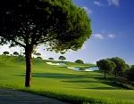 Large fairway et bunker sur le golf de Monte Rei en Algarve