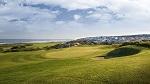 Large green et mer sur le golf de Praia d'El Rey au Portugal