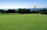 Large green et drapeau vue mer sur le parcours de Quinta da Marinha proche de Lisbonne