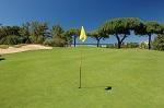 Large green et drapeau sur le golf de San Lorenzo en Algarve