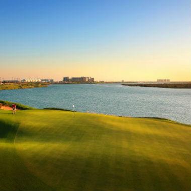 Large green au bord de l'eau sur le parcours de Yas Link à Abu Dhabi