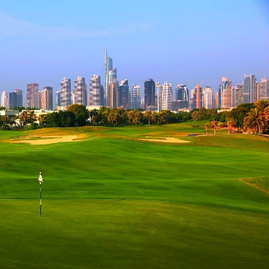 Green et vue sur la ville de Dubai sur le parcours de Montgomerie